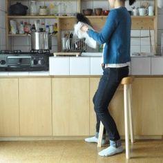 『美姿勢の秘訣は、理想のS字キープ』 適切でない椅子では、腰の骨盤が後ろに倒れた状態となり、腰の負担が大きく、腰痛の原因となってしまいます。またいで座る事で直立姿勢に近くなり、猫背になりにくく、正しいS字姿勢を保つことができる美のキッチンスツールです。『暮らしの様々なシーンで活躍』  キッチンで座りながら調理したり、 サニタリーで身支度の際に座ったり、カウンターでPC作業やお茶を楽しんだり、様々な暮らしのシーンで活躍します。毎日座りながら綺麗な姿勢を保てるところが嬉しいところ。本体スペックW412×D357×H690(SH670)本体:ホワイトアッシュ無垢材 (NA)仕上げ: ウレタン塗装仕上げ張地:合皮、ウレタンクッションハンドメイド新作2016