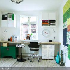 Eine lange Arbeitsplatte dient als cooler Schreibtisch mit viel Platz für Bücher, Stifte und Laptop. Die bunte Collage an der Wand unterstreicht den…