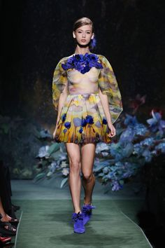 Kendall Jenner's been in Paris all week long but has only appeared in one Couture Fashion Week show. Take a look at the photos here. Weird Fashion, All Fashion, Couture Fashion, Runway Fashion, Fashion Show, Fashion Design, Fendi Designer, Designer Wear, Luxury Flowers
