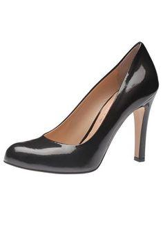 Sexy und hochhackig - so soll er sein, der Pumps, der zum Pencil Skirt ebenso gut aussieht wie zur Boyfriend Jeans. Das neuste Modell aus dem Haus Evita Shoes zeigt sich aus feinem Leder und mit aufsehenerregendem Absatz. Evita Shoes - Leidenschaft für italienische Schuhe und Accessoires