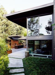 A young American entrepreneur commissioned design studio Commune to renovate this Buff & Hensman-designed villa in Nichols Canyon, Los Angeles, and transform it into a luxurious bachelor pad. Architecture Design, Residential Architecture, Contemporary Architecture, Residential Land, Interior Exterior, Exterior Design, Architect House, Beautiful Homes, Backyard