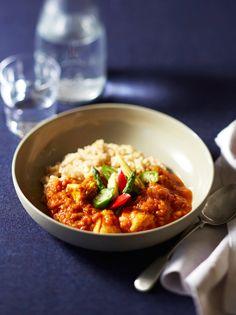 トマトを細かくつぶすことで、小麦粉不使用でもとろみのルウになる。トマトの爽やかな酸味も心地よい、野菜をたっぷりの初夏のカレー。監修:エリカ・アンギャル レシピ制作協力:あまこようこ|『ELLE a table』はおしゃれで簡単なレシピが満載!