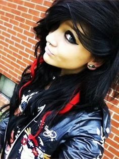 Emo girls the fans of punk music are emotional girls look sad and miserable. Emo girls have dramatic My Hairstyle, Pretty Hairstyles, Girl Hairstyles, Blonde Pony, Ash Blonde, Red Scene Hair, Twisted Hair, Et Tattoo, Alternative Hair