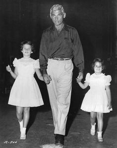 jeff chandler movies | Jeff Chandler strolling with daughters Jamie and Dana in 1954