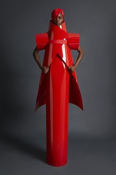 See the complete Gareth Pugh Spring 2018 Ready-to-Wear collection.