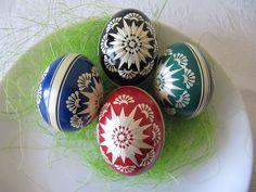 Kraslice zdobené slámou Pouky slepičích vajec barvené a zdobené lepením ječné slámy. Dostupné barvy: vínová, modrá, zelená a černá. Eastern Eggs, Egg Art, Egg Decorating, Gourds, Create, Handmade, Assemblages, Easter Ideas, Diy