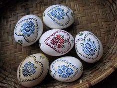 kraslice voskem - Hledat Googlem Egg Crafts, Easter Crafts, Polish Easter, Carved Eggs, Egg Tree, Easter Egg Designs, Ukrainian Easter Eggs, Grenade, Easter Parade