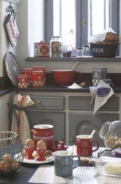La gamme Chez Paulette revisite avec modernité le motif damier en rouge, vert, gris et bleu. Elle rassemble trois séries de boîtes métal et des articles de faïence imitant des objets en tôle émaillée. http://www.comptoir-de-famille.com/fr/catalogsearch/advanced/result/?gamme_produit=+Chez+Paulette