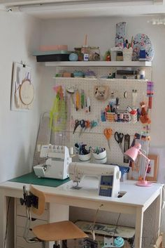Best ideas for craft room organization table sewing spaces Sewing Room Design, Sewing Room Storage, Sewing Room Decor, Sewing Room Organization, Small Space Organization, Craft Room Storage, Sewing Studio, Studio Organization, Craft Desk