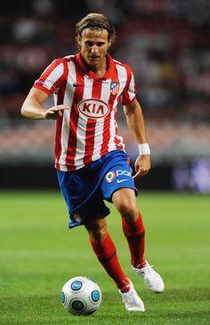 Diego Forlán Corazzo (Montevideo, Uruguay, 19 de mayo de 1979), es un futbolista uruguayo que juega como delantero Obtuvo dos Botas de Oro, en las temporadas 2004-05 y 2008-09,3 además del Balón de Oro al mejor jugador de la Copa Mundial de Fútbol de 2010.4 5 Es también el jugador con más partidos disputados en la historia de la selección uruguaya, con 108 participaciones,