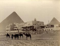 View of the hotel Mena House in at the pyramids of Giza, near Cairo (Egypt) ca. 1910.