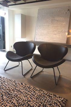 Stoer en sierlijk, de fauteuil Peggy Slide van Bree's New World. Leverbaar in maarliefst 8 verschillende leersoorten. Frame mogelijk in RVS of zwart epoxy. #fauteuil #design #homedecor #homefurniture #leer #woonkamer #wooninspiratie Rvs, Slide, Epoxy, Eames, Dining Chairs, Relax, Design, Furniture, Home Decor