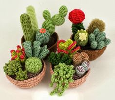 Do you want to have some beautiful cactus which never needs watering and never dies? You can crochet some with Desert Cactus Amigurumi Crochet Patterns. Crochet Diy, Cactus En Crochet, Crochet Amigurumi, Crochet Home, Love Crochet, Amigurumi Patterns, Crochet Flowers, Crochet Patterns, Crochet Cactus Free Pattern