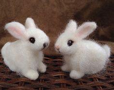 Deze baby konijntje is vervaardigd met een vleugje echte bunny. De bunnys vacht heeft een echte Angora konijn vacht, van konijn combings. De Angora gemengd met alpaca creëert een echt zacht huisdier.  De baby konijntje is ongeveer 4 inches van neus tot staart.  Hij ontwierp van fotos en studie van de baby, droeve huisdier konijntjes.  Het konijn heeft een kern van wol met natuurlijke-hued bunny bont gemengd met alpaca. Hij heeft zelfs paardenhaar snorharen. De echte bunny bont maakt een…