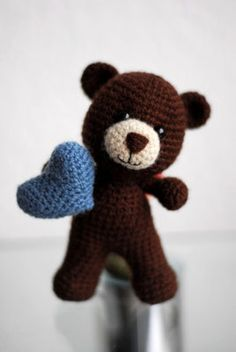 Braunbär Teddy mit Herz Amigurumi Häkeltier gehäkelt