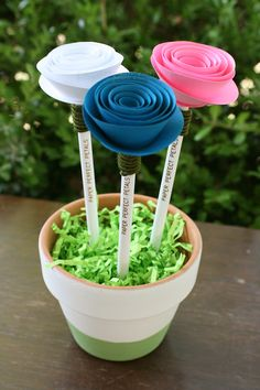 Im a wife, mom, and entrepreneur looking to turn the whole world on for paper flowers! Rose Crafts, Flower Crafts, Flower Pens, Flower Art, Diy Crafts To Do, Crafts For Kids, Flower Drawing Tumblr, Market Day Ideas, Pen Toppers