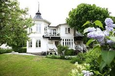 The latest tips and news on Swedish modern country house are on house of anaïs. On house of anaïs you will find everything you need on Swedish modern country house. Beautiful Villas, Beautiful Homes, Country Modern Home, Country Living, Modern Classic Interior, Sweden House, Scandinavian Home, White Houses, Victorian Homes