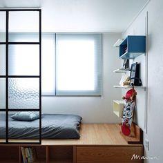 """""""침대를 따로 두지 않고 창가 쪽에 단차를 만들어 매트리스를 두었습니다. 그 아래쪽은 수납 공간으로 만들어 공간을 잘 활용하고 있네요. Child's room decorated making a step. #메종#인테리어#집#maison#interior#home…"""""""