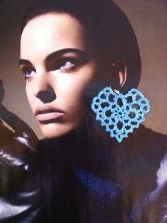 orecchini all'uncinetto,dipinti a mano nei toni del turchese,con glitter trasparenti e vetrificati.A forma di cuore grande