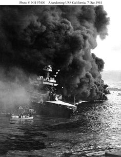 Attack on Pearl Harbor. December abandoning the damaged USS California as burning oil drifts down on the ship, at about 1000 hrs on the morning of 7 December shortly after the end of the Japanese raid.The Naval History and Herita Pearl Harbor 1941, Pearl Harbor Memorial, Pearl Harbor Attack, The Fog Of War, Day Of Infamy, Uss Arizona Memorial, Naval History, War Photography, United States Navy