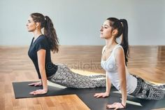 Młode kobiety robienie yoga Obrazy Stockowe Royalty Free