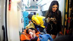 Una mujer herida es montada en una ambulancia en el lugar donde ocurrió el ataque contra un club nocturno en Estambul, durante la fiesta de Nochevieja. Caos y terror: el relato de los sobrevivientes del ataque armado contra el club nocturno en Estambul