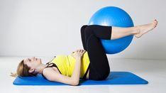 Schwangere hebt in Rückenlage mit den Beinen einen Gymnastikball an.