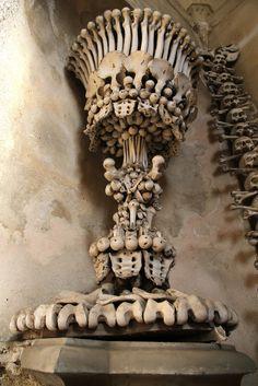 ossuaire de sedlec eglise decoree des ossements de 40000 personnes 9   Lossuaire de Sedlec, une église décorée des ossements de 40.000 perso...