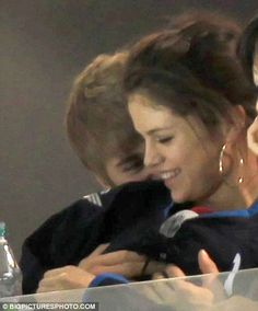 Teen couple Justin Bieber and Selena Gomez can't stop kissing and cuddling at Canadian hockey game Justin Bieber Selena Gomez, Estilo Selena Gomez, Justin Bieber And Selena, Justin Bieber Style, Justin Bieber Pictures, Teen Couples, Celebrity Couples, Selena Gomez Pictures, Prom Pictures