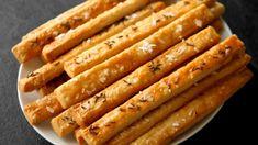 Stačí jen pár základních surovin a zvolit ten správný poměr. Stačí mouka, čerstvé máslo a parmezán. Tyto tyčky jsou krásně křehoučké a naducané sýrem. Nebojte se obměnit posypku podle sebe – jen se solí, nebo s kmínem a ještě něčím na víc? Je to jen na vás. Rozpis na těsto najdete na konci videa. Bread Recipes, Hot Dogs, Sausage, Bacon, Recipies, Meat, Cooking, Breakfast, Ethnic Recipes