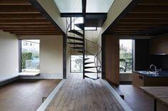 以地板高低差區隔空間,沒有牆面阻隔視線,讓生活更寬敞! via hirobe.s2.bindsite.jp