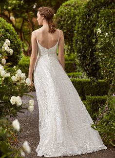 Romantic wedding dress in classic lace. #laceweddingdress #classicweddingdress