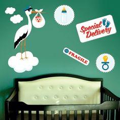 """Adesivo Murale - La cicogna con il bebè in arrivo. Tutti in attesa del neonato!  Adesivo murale di alta qualità con pellicola opaca di facile installazione. Lo sticker si può applicare su qualsiasi superficie liscia: muro, vetro, legno e plastica.  L'adesivo murale """"Bebè in arrivo"""" è ideale per decorare la cameretta del nuovo arrivato. Adesivi Murali."""