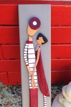 Un petit couple d'amoureux du bois flotté (modèle déposé copyright Sylvie Montarou ) en tenue bord de mer à rayures représenté de façon minimaliste, en bois flotté - 18911584