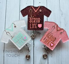 Diy Resin Crafts, Diy Clay, Diy Crafts Videos, Crafts To Sell, Cactus Keychain, Work Badge, Personalised Badges, Custom Badges, Acrylic Keychains