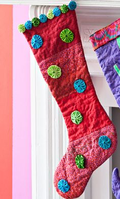 Easy-to-make yo-yos add bursts of cheery color to this seasonal stocking.   Fun with fabric yo yos: inspiration, patterns, projects and tutorials