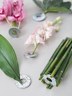 You HAVE To Learn Our Easy Trick For Submerging Flowers In Water! Learn our awesome trick for submerging flowers and leaves in water! The post You HAVE To Learn Our Easy Trick For Submerging Flowers In Water! appeared first on Diy Flowers. Water Flowers, Diy Flowers, Flower Decorations, Wedding Flowers, Diy Summer Flower Arrangements, Modern Floral Arrangements, Flowers Garden, Flower Ideas, Vintage Flowers