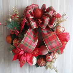 GUIRLANDA BELÍSSIMA VERMELHA COM DOURADO    Nosso jeitinho de decorar e combinar as cores em casa neste Natal, são consideradas símbolo de boas vindas, só depende da cor que você escolher.   Deixe a alegria das cores do Natal entrar na sua casa!