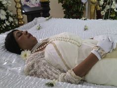 Rebecca Nirmali, popular actress from Sri Lanka, she died in the age of 49 of cancer Post Mortem Pictures, Black Hold, Post Mortem Photography, Celebrity Deaths, Popular Actresses, Momento Mori, Modern Photography, Vintage Photographs, Elegant Woman