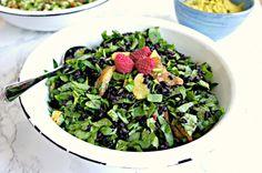 SOMMERSALAT // Sorte ris, spinat & appelsin Én stor salat    Ingredienser Sorte ris (ca. 200 g, inden kogning) + dobbelt så meget vand + havsalt Tre store håndfulde spinatblade, udskåret Tre appelsiner, kun frugtkødet En håndfuld persille, fintudskåret Pynt: Frugt, krydderurter