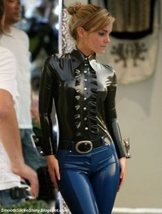 emma_watson_in_shiny_latex_blouse_and_jeans_by_andylatex-d90943q.jpg 300×396 pixeles