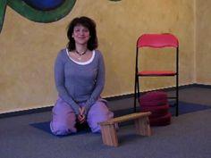 Meditation Sitzhaltungen: In diesem Video siehst du verschiedene Sitzhaltungen für die Meditation. Du kannst selbst ausprobieren, welche Sitzhaltung für dich am besten geeignet ist. Du siehst Sitzhaltungen auf dem Stuhl, auf einem Kniebänkchen und auf einem Kissen.