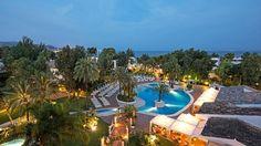 L'hôtel IBEROSTAR Ciudad Blanca est un appart-hôtel 4 étoiles situé à Alcudia, face à la merveilleuse baie de l'île de Majorque. Cet hôtel familial, où vous pourrez choisir un service Pension complète , se trouve à proximité du port d'Alcudia, juste à côté de la mer. L'hôtel propose de confortables appartements et studios équipés