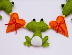 Garland with frogs Felt Crafts, Fabric Crafts, Diy Crafts, Felt Christmas Ornaments, Christmas Crafts, Sewing Material, Wet Felting, Pin Cushions, Dinosaur Stuffed Animal