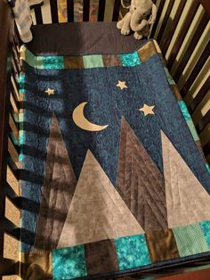 Gender-neutral baby crib quilt picturing appliqued mountains under a moon-lit sky. Baby Quilts Easy, Baby Boy Quilts, Chevron Baby Quilts, Kid Quilts, Baby Patchwork Quilt, Baby Boy Quilt Patterns, Tree Quilt Pattern, Wildlife Quilts, Doll Quilt