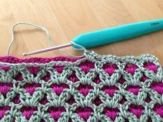 En beskrivning - Håll till godo! Jag fick låna en dubbelvirkad grytlapp av Johanna som hennes farmor gjort. Nu har jag försökt lista ut ... Chevron Crochet Blanket Pattern, Crochet Squares, Baby Blanket Crochet, Crotchet Stitches, Crochet Stitches Patterns, Sewing Stitches, Crochet Shawl Diagram, Crochet Motif, Knit Crochet