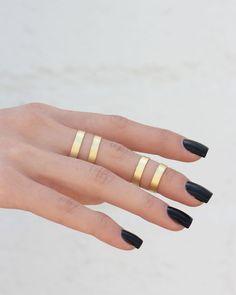 black nails / midi rings