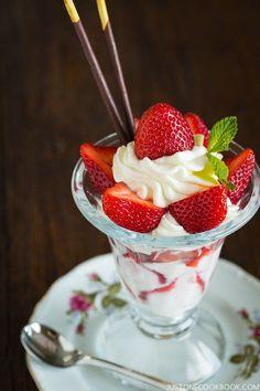 Japanese Strawberry Parfait (ストロベリーパフェ) | Easy Japanese Recipes at…
