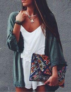 Poncho à franges + top blanc + collier perles + ponpons + sac pochette aztèque