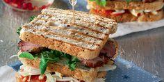 Κλαμπ σάντουιτς με γαλοπούλα ψητή και απάκι Street Food, Sandwiches, Recipes, Paninis